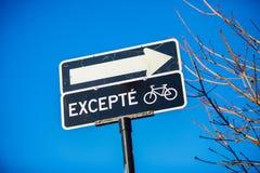 Один дорожный знак пути за исключением велосипедов стоковая фотография rf