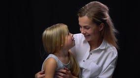 Один другого матери и дочери играя и целуя сток-видео