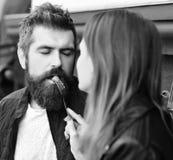 Один другого питания девушки и человека с поленикой Датировка пар в кафе Концепция еды ресторана десерта стоковая фотография rf