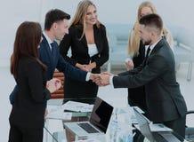 Один другого приветствию делового партнера с рукопожатием Стоковые Фото