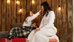 Один другого счастливой матери и дочери сладостно касающий обнюхивает стоковая фотография rf