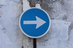 Один знак пути указывая поцарапанная стена Стоковые Изображения RF