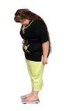 один избыточный вес вычисляет по маштабу бортовых женщин Стоковая Фотография RF