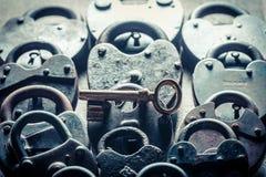 Один ключ и много padlocks как изображение концепции Стоковое фото RF
