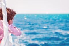 Один мальчик наслаждаясь отключением моря шлюпки стоковая фотография