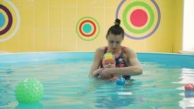 Один младенец года на его первом плавая уроке видеоматериал