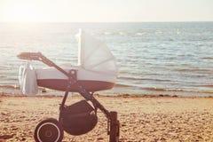 Один младенец pram на пляже стоковые изображения