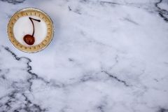 Один пирог bakewell вишни на мраморной предпосылке стоковое изображение rf