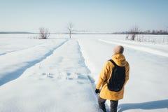Один путешественник в желтой куртке Стоковые Фотографии RF