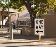 Один путь подписывает внутри улицу стоковое фото