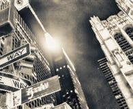 Один путь подписывает на ноче на Пятом авеню, Нью-Йорке стоковые фотографии rf