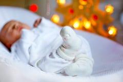 Один ребёнок недели старый newborn спать около рождественской елки Стоковые Фото