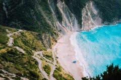 Один туристский шатер на известном пляже Myrtos Большая пена развевает завальцовка к заливу kefalonia Греции стоковые фото