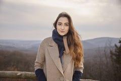 один ухмыляясь кавказский портрет девушки outdoors Стоковое фото RF
