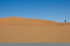 один человек Сахара дюны пустыни стоковое фото
