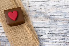 Один шоколадный торт с hessian стоковое изображение