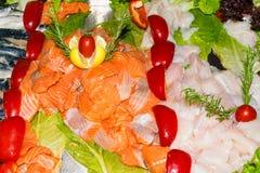 одичалое атлантическое свежее филе трески и семг, скумбрия с овощами стоковое фото rf