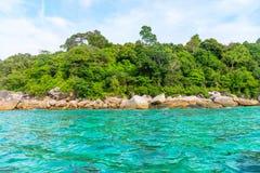 Одичалое зеленое тропическое побережье камня моря Стоковые Фото