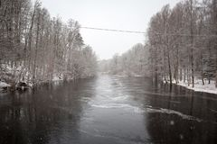 Одичалое река Morrum в снежной зиме стоковые фото