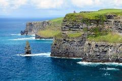 Одичалые скалы ` s Brien ` Moher и o возвышаются, Ирландия стоковое изображение rf