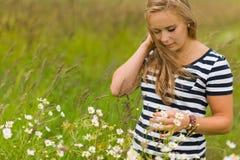 Одичалые цветки и девушка стоковая фотография