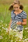Одичалые цветки и девушка стоковая фотография rf