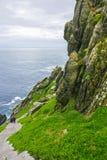 Одичалый атлантический путь Ирландия: Физически вымотанный, духовно пополненный близкий конец soulmates паломника лестницы Skelli стоковая фотография rf