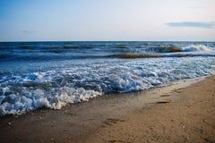 Одичалый пляж и морская вода голубя на симпатичный солнечный день Стоковое Фото