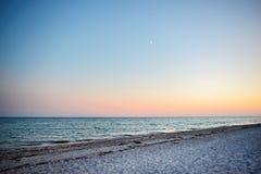 Одичалый пляж и морская вода голубя на симпатичный солнечный день Стоковое Изображение RF