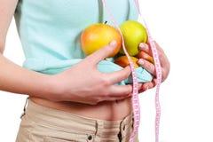 Одна девушка держит в яблоках руки на животе Стоковое Изображение RF