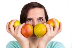 Одна девушка держит в яблоках руки на стороне Стоковые Фото