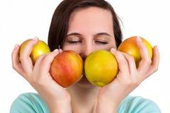 Одна девушка держит в яблоках руки на стороне Стоковые Фотографии RF