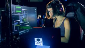 Одна девушка использует компьютер для того чтобы прорубить систему Злодеяние кибер и рубить концепция сток-видео