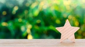 Одна деревянная звезда Гостиница оценки, ресторан, гостиница обзор благодарность критика Отрицательный результат воздействия плох стоковое фото