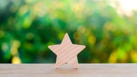 Одна деревянная звезда Гостиница оценки, ресторан, гостиница обзор благодарность критика Отрицательный результат воздействия плох стоковое изображение
