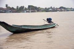Одна деревянная посадка машины шлюпки на воде в реке стоковая фотография rf