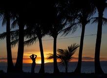 Одна женщина наслаждаясь драматическим заходом солнца в острове Bohol, Филиппинах Диаграмма женщины, sillouette женщины Женщина о Стоковые Изображения RF