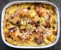 Одна зажаренные в духовке лотком бекон и картошка цыпленк цыпленка пекут взгляд сверху Стоковая Фотография RF