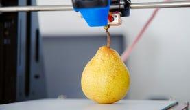 Одна зрелая сочная груша деятельность принтера 3d прибора во время процессов Стоковая Фотография RF