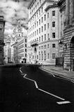 Одна из улиц Ливерпуля с целью здания печени и своей башни с часами Исторически Ливерпуль имел мыс стоковые фотографии rf