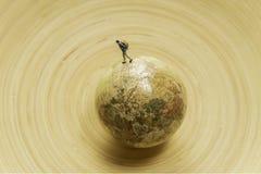 Одна карта мира прогулки путешественника маленькой модели по всему миру в деревянном шаре Стоковое Фото