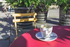 Одна кофейная чашка на обеденном времени на лете Стоковые Изображения RF