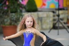 Одна красивая маленькая девочка приспосабливает современного танцора в голубом костюме, молодом танцоре, танцуя и скача, танец с  стоковое изображение rf