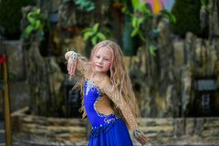 Одна красивая маленькая девочка приспосабливает современного танцора в голубом костюме, молодом танцоре, танцуя и скача, танец с  стоковые фото