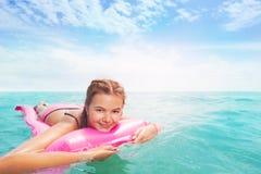 Одна маленькая девочка на розовых matrass в море Стоковое фото RF