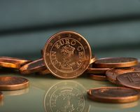 Одна монетка цента на монетках накрените веревочка примечания дег фокуса 100 евро 5 евро Стоковое фото RF