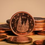 Одна монетка цента на монетках накрените веревочка примечания дег фокуса 100 евро 5 евро Стоковая Фотография RF