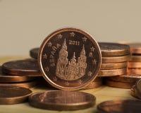 Одна монетка цента на монетках накрените веревочка примечания дег фокуса 100 евро 5 евро Стоковые Фотографии RF