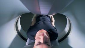Одна персона внутри томографической машины во время скеннирования сток-видео