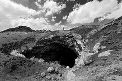 Одна персона фотографируя в вулканическом ландшафте Этна Стоковая Фотография